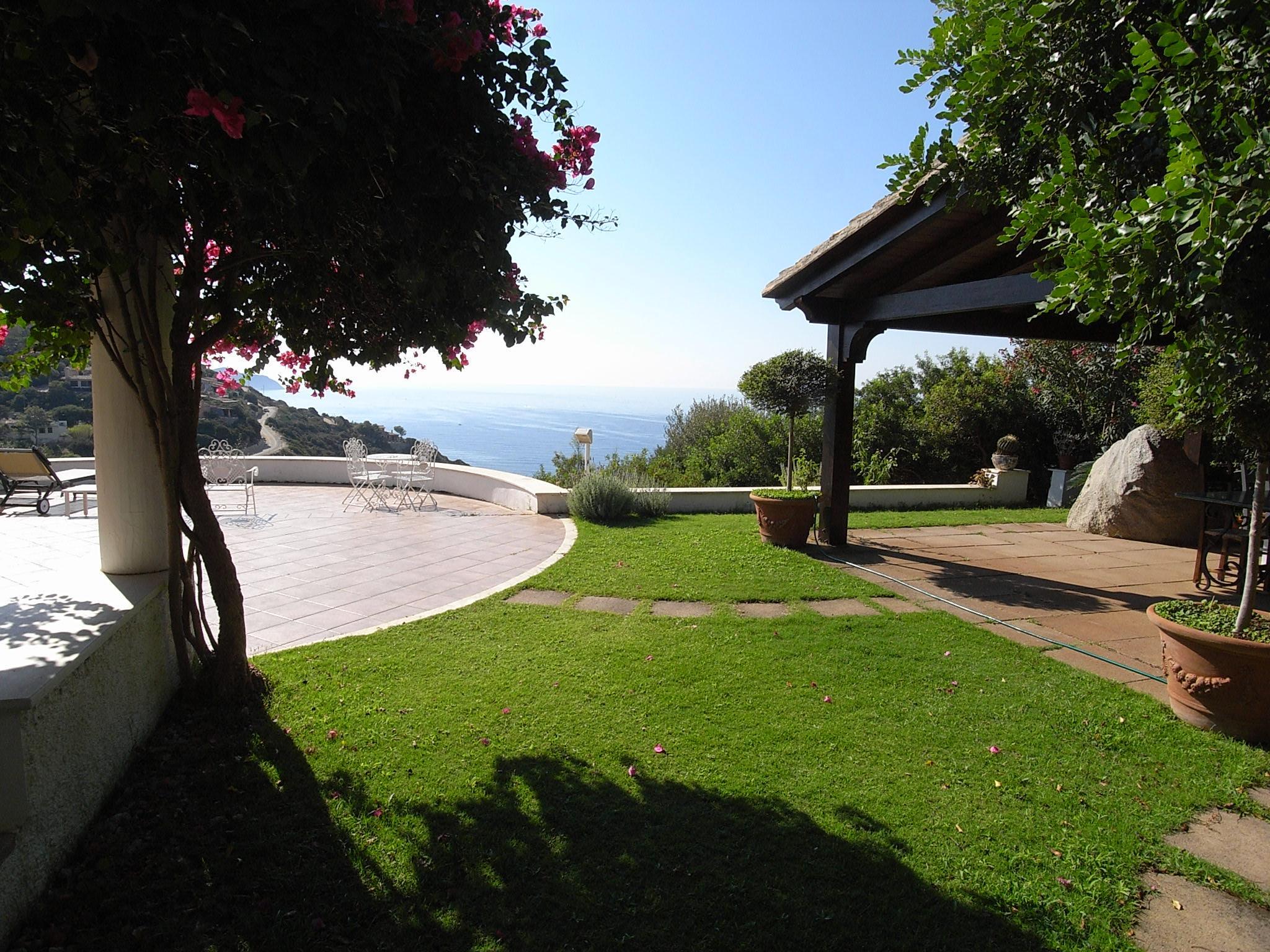 villa mit pool und stil auf sardinien mit 140 qm wohnfl che und panorama. Black Bedroom Furniture Sets. Home Design Ideas
