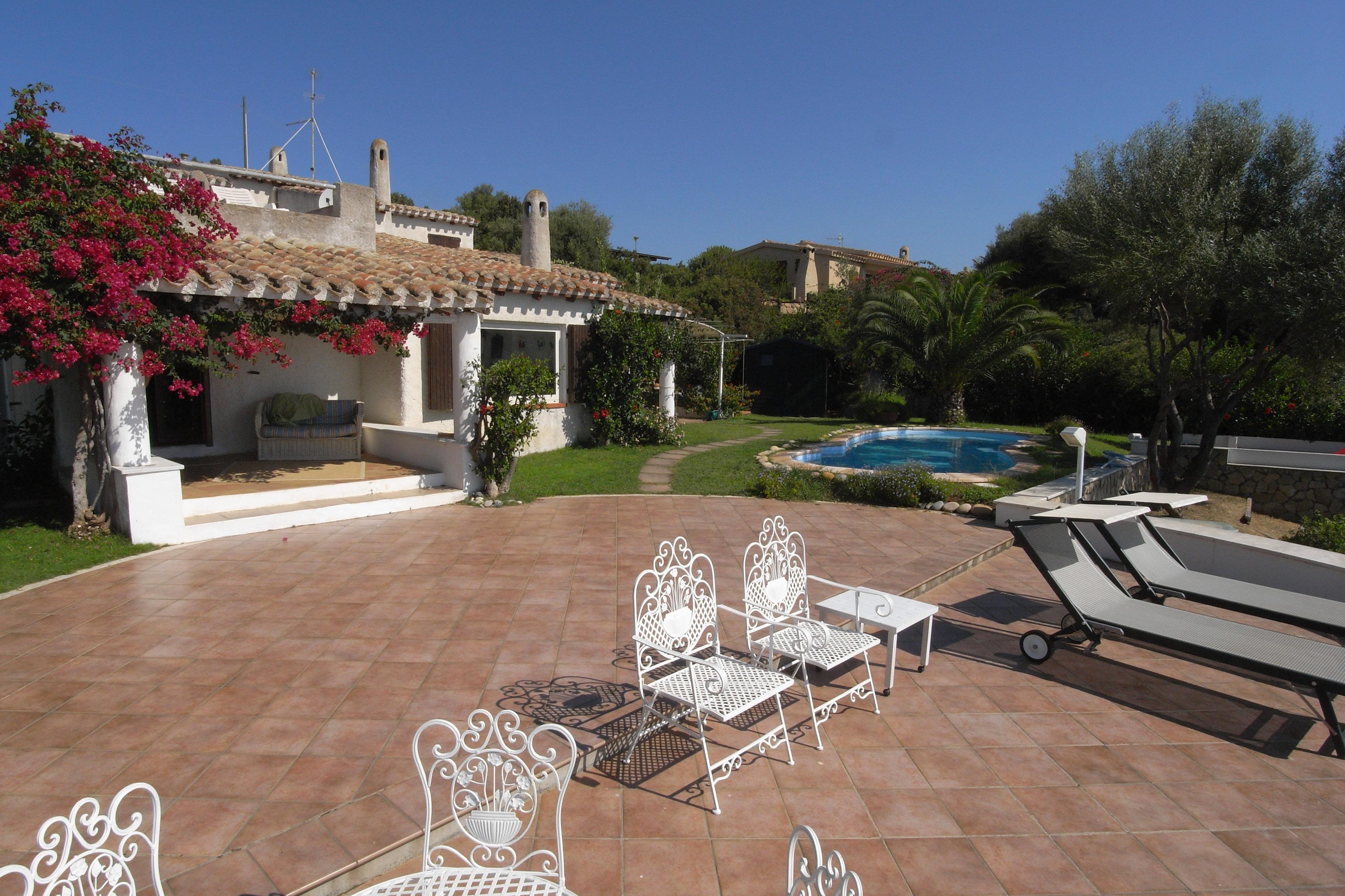 villa mit pool und stil auf sardinien mit 140 qm. Black Bedroom Furniture Sets. Home Design Ideas